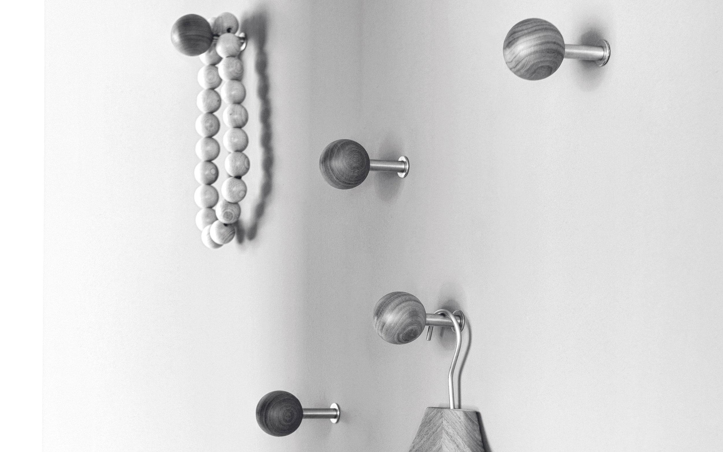 sch nbuch dots dieser wandhaken ist einfach eine runde sache. Black Bedroom Furniture Sets. Home Design Ideas